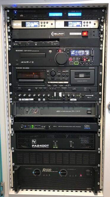 Die Technik für Audio, Video, Kommunikation etc. verschwindet unauffällig und doch leicht zugänglich in einem zentralen Rack
